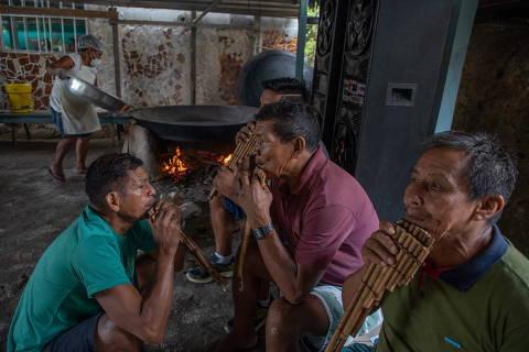São Gabriel da Cachoeira AM 18.04.2021 , BRASIL  - Preparativos para o Dia do Índio, na comunidade Itacoatiara-Mirim ,  Indígenas tocam música tradicional durante a feira Tuyuka. Crédito Christian Braga / Greenpeace