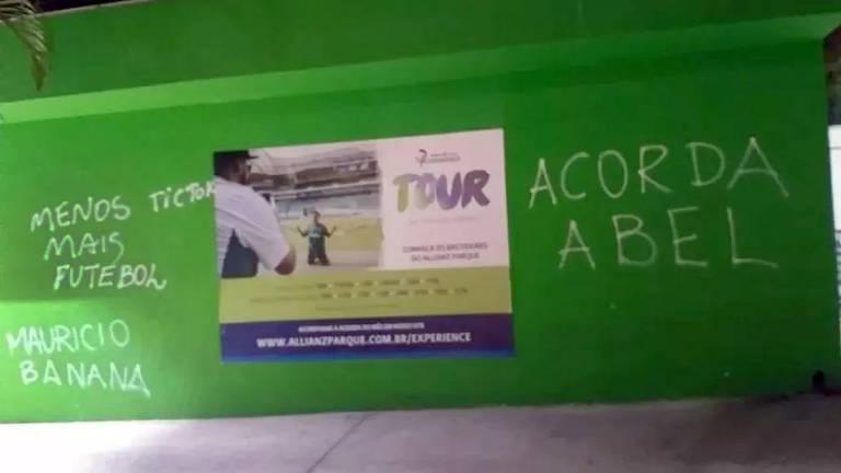 Foto com a reprodução de pichações de torcedores no estádio Allianz Parque, casa do Palmeiras