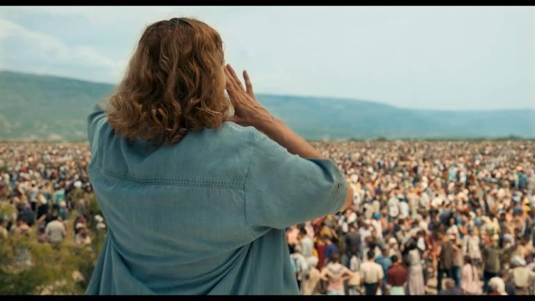 mulher grita para multidão