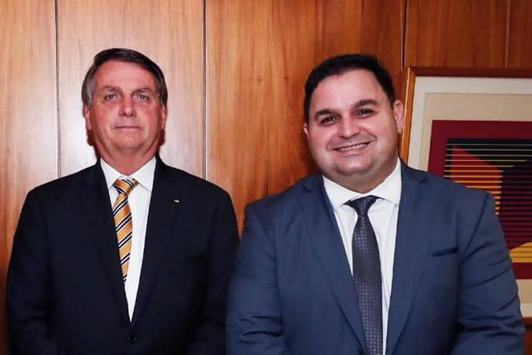 Jair Bolsonaro e o empresário Wellington Leite, que doou um carro elétrico para o projeto parceiro da empresa de Jair Renan, filho 04 do presidente