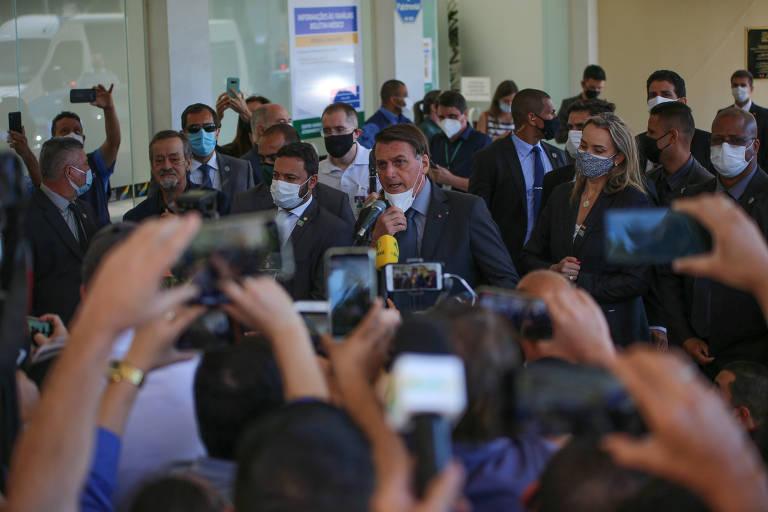 O presidente Jair Bolsonaro fala com jornalistas e apoiadores após evento em Chapecó