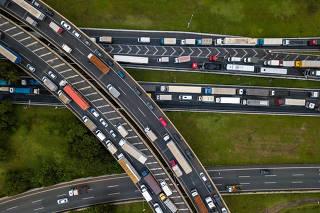 Greve dos caminhoneiros na rodovia Castelo Branco