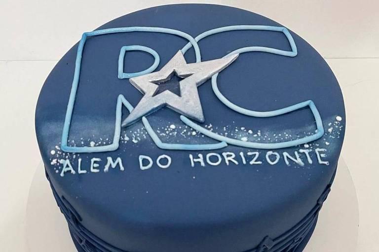Roberto Carlos recebe bolo do BBB 21