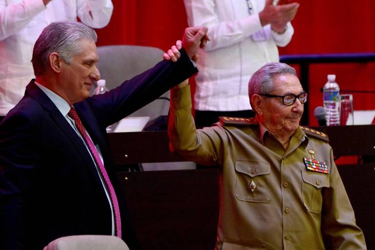 O presidente de Cuba, Miguel Díaz-Canel, e o agora aposentado Raúl Castro durante o 8º Congresso do Partido Comunista de Cuba, em Havana