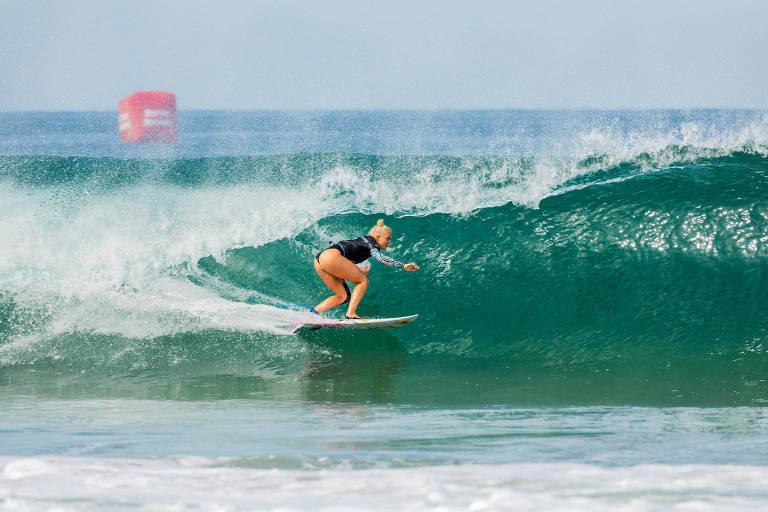 Tatiana Weston-Webb pega uma onda