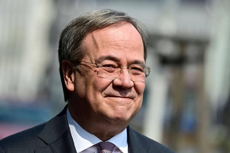 Partido de Merkel define conservador moderado como candidato a premiê