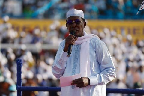 (FILES) In this file photo taken on April 09, 2021 Chadian President Idriss Déby Itno addresses supporters at his election campaign rally in N'djamena. - Chadian President Idriss Déby Itno, who has been in power for 30 years, died on April 20, 2021 from injuries sustained while commanding his army in fighting against rebels in the north over the weekend, a spokesman announced on state television. (Photo by Marco LONGARI / AFP)