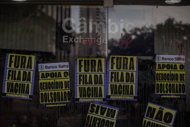 Manifestantes protestam contra empresários que apoiam Bolsonaro
