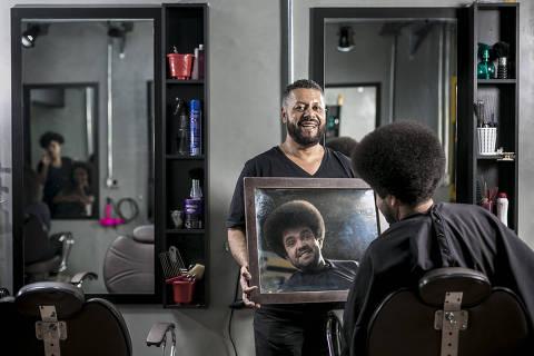 BRASIL - SAO PAULO - 19.09.2019 - GUIA DE PROFISSOES - José Ribeiro, 61 anos, cabeleireiro e dono do salão Jô Black Power, em Santo Amaro. Ele diz que cortar cabelo é