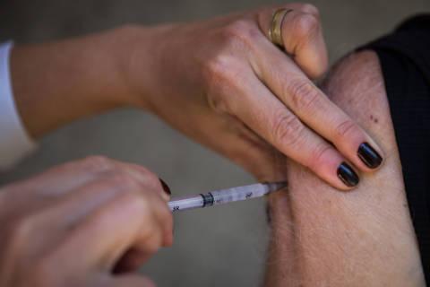 Vacinação para pessoas com 65 e 66 anos começa nesta quarta (21) em SP; e para 64 anos, na sexta (23)