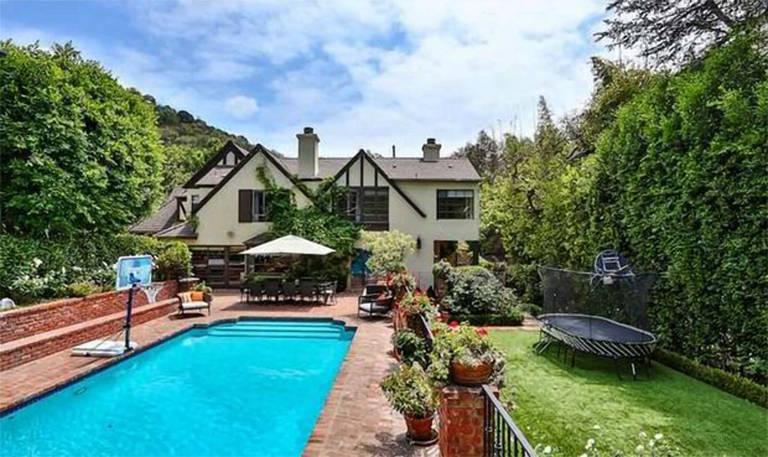 Rihanna compra nova mansão vizinha à casa em que mora, em Beverly Hills