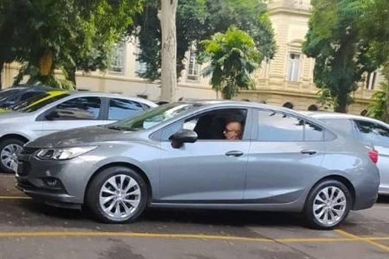 Fabrício Queiroz, dentro de carro, no estacionamento do Palácio Guanabara