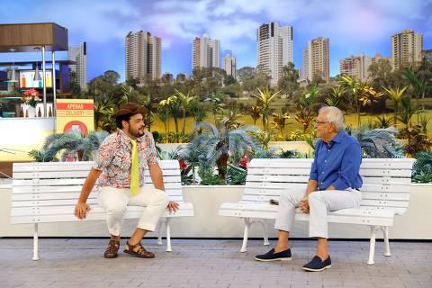Carlos Alberto de Nóbrega e Matheus Ceará gravam A Praça É nossa com dois bancos pela primeira vez, em tempos de pandemia, no SBT