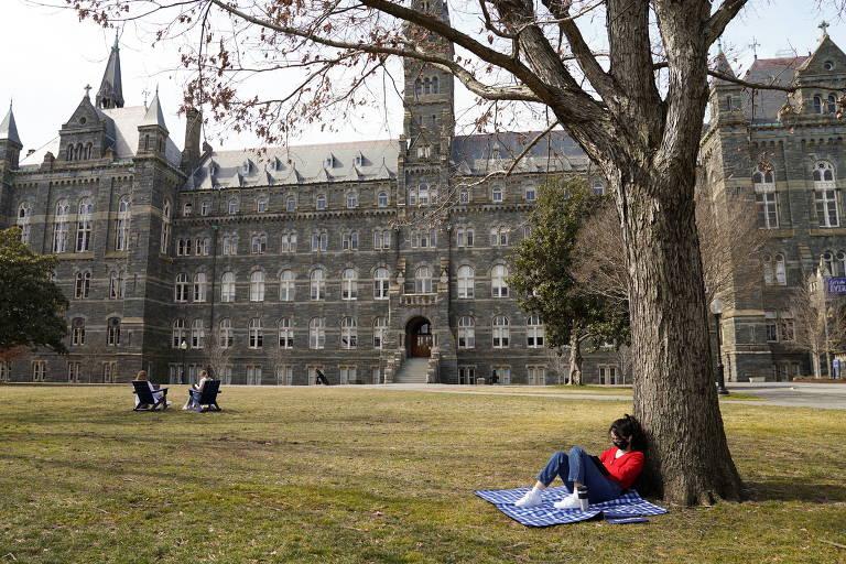 Estudante usa máscara e respeita distanciamento social no campus da Universidade Georgetown, em Washington