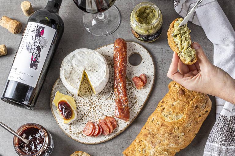 Cesta da empresa Baskets, temática para o Dia das Mães, inclui vinho, queijo, linguiça curada, geleia, antepasto de alcachofra, pão artesanal e uma tábua de cerâmica