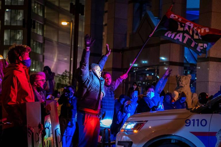 Manifestantes protestam em frente à Divisão de Polícia de Columbus, no estado de Ohio, após um policial atirar e matar uma adolescente de 16 anos