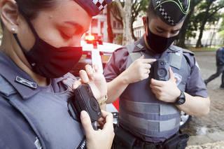 Policiais militares mostram câmeras instaladas nos uniformes, em São Paulo (SP)
