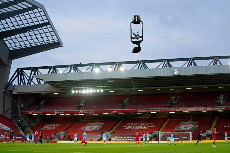 Câmera de TV sobrevoa jogo entre Liverpool e Manchester City na Premier League