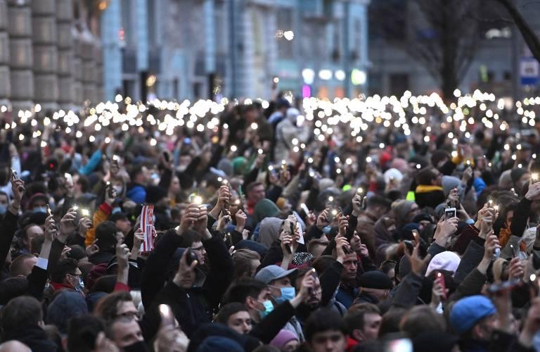 Multidão no centro de Moscou mostra celulares com luzes em apoio a Navalni