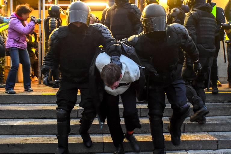 Policiais prendem manifestante pró-Navalni no centro de São Petersburgo