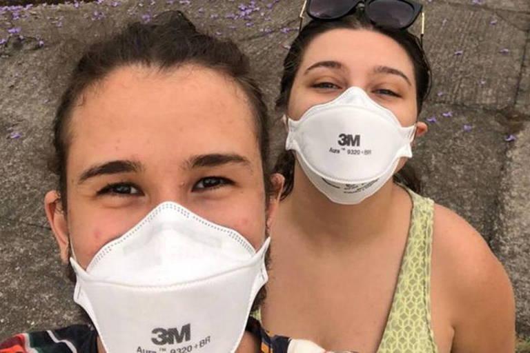 Casal com máscara PFF2 branca da marca 3M