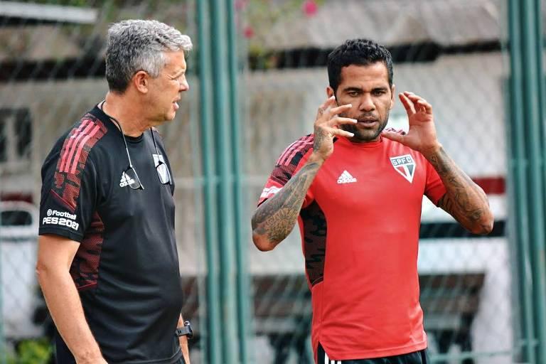 Daniel Alves conversa com o técnico Hernán Crespo durante um treinamento do Tricolor