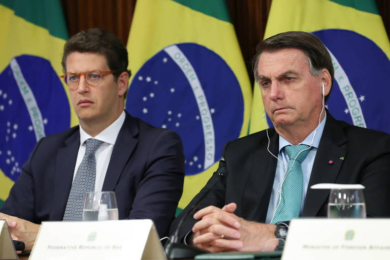 O presidente Jair Bolsonaro, à dir., ao lado do ministro do Meio Ambiente, Ricardo Salles, antes de discurso na Cúpula do Clima