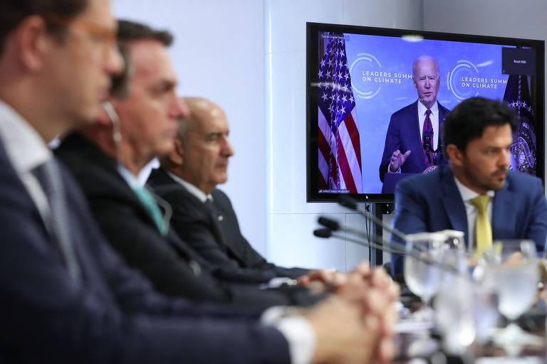 Acompanhado de ministros, o presidente Jair Bolsonaro, segundo da esq. para a dir., ouve discurso de Joe Biden na Cúpula do Clima