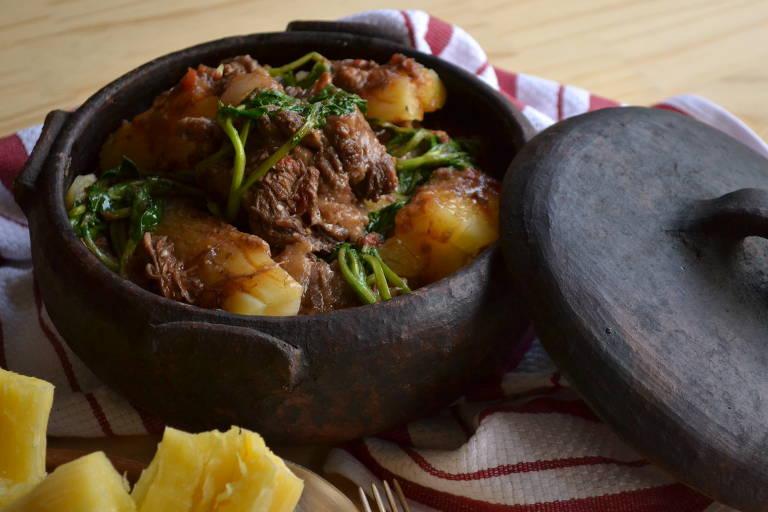 Aprenda a preparar rabada com mandioca e agrião