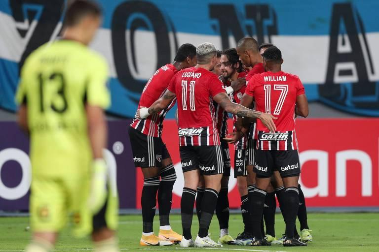 São-paulinos comemoram gol diante do Sporting Cristal, em Lima, pela Libertadores