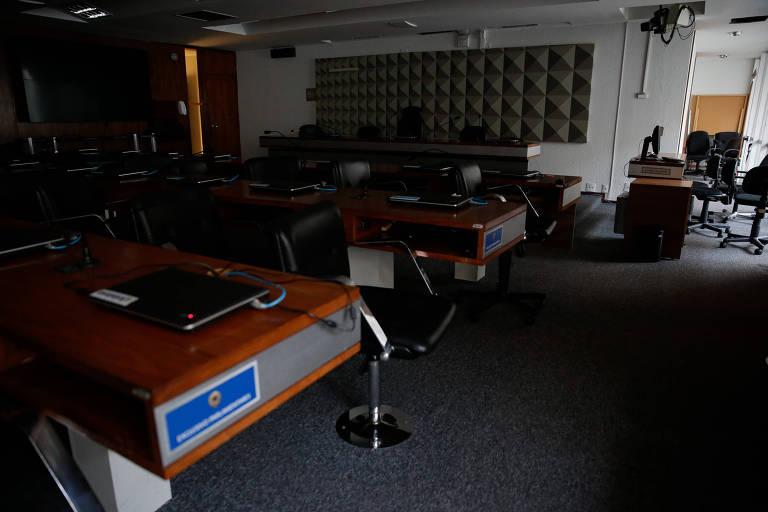 Plenário vazio e com luzes apagadas