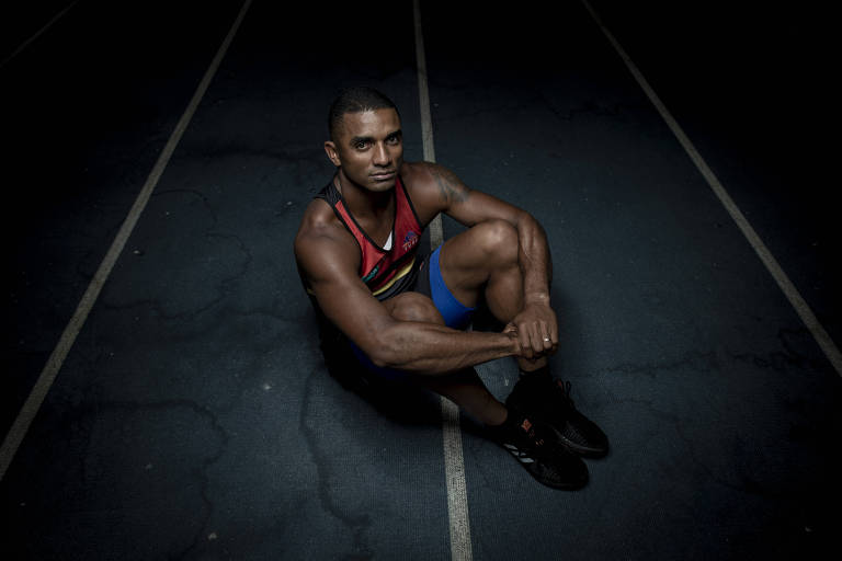 Felipe dos Santos na pista de atletismo onde treina, em Bragança Paulista
