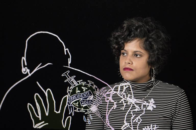 Retrato em dupla exposição da quadrinista Marilia Marz com uma de suas charges