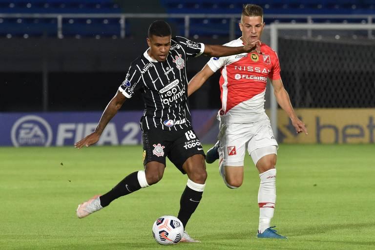 Perseguido por Rodrigo Vera, Leo Natel chuta ao gol; o atacante teve mais erros que acertos na partida em Assunção