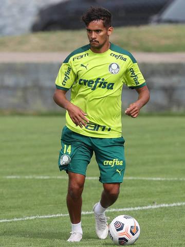 O jogador Gustavo Scarpa, da SE Palmeiras, durante treinamento, no CT do San Lorenzo, em Buenos Aires. (Foto: Cesar Greco)