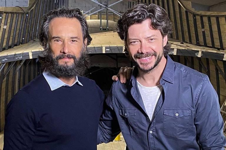 Os atores Rodrigo Santoro e Alvaro Morte se abraçam
