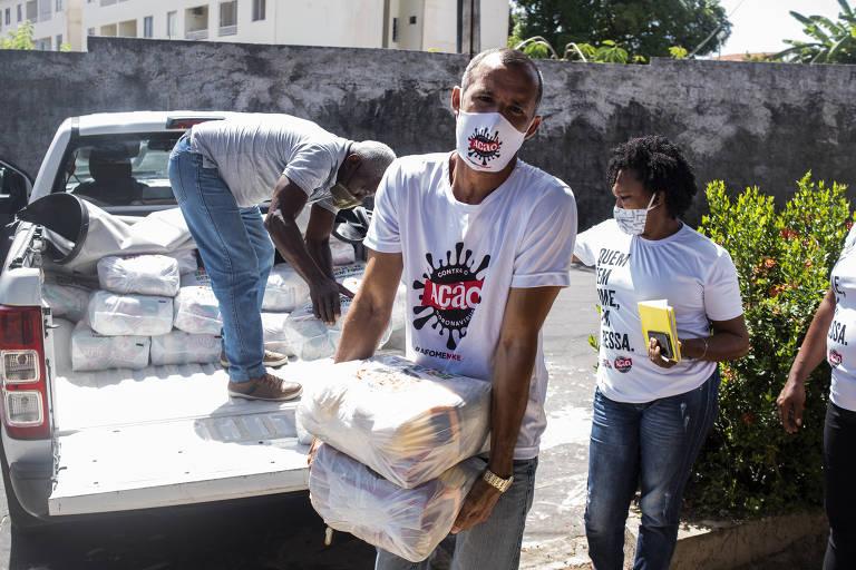 cestas de alimentos são entregues por voluntários