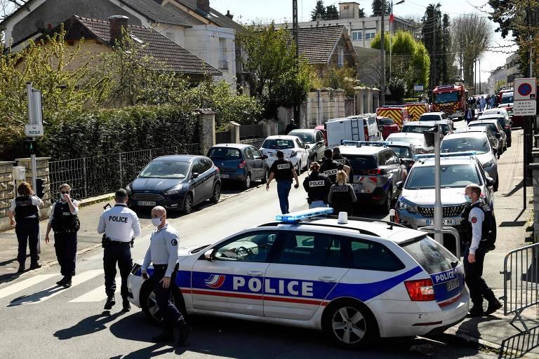 Homem mata funcionária da polícia francesa a facadas, e governo investiga terrorismo