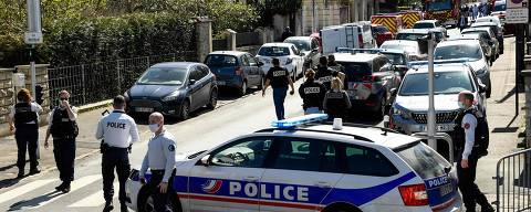 French police officials block off a street near a police station in Rambouillet, south-west of Paris, on April 23, 2021, after a woman was stabbed to death in the town. - A woman was stabbed to death at police station in Rambouillet near Paris after an attack by a Tunisian man who was shot dead according to police sources. (Photo by Bertrand GUAY / AFP)