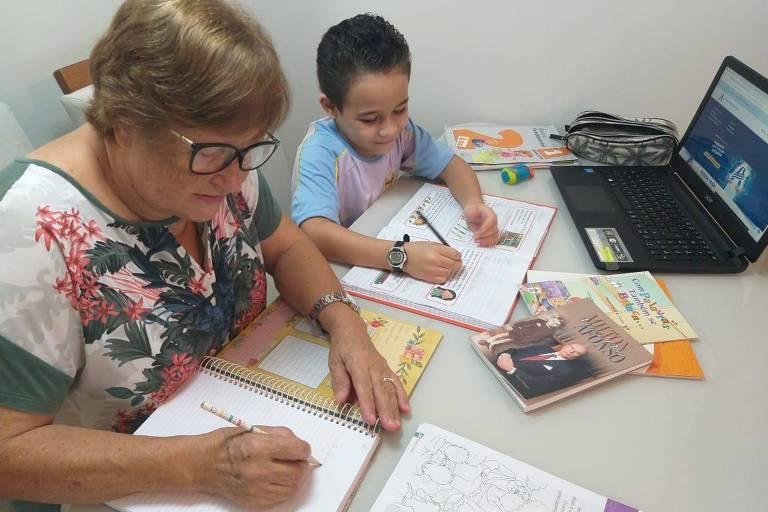 Marlene Hinckel, 63 anos, estuda com o neto, de 7 anos, em São José (SC)