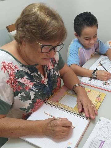 Marlene Hinckel, 63 anos, estuda com o neto, de 7 anos, em São José (SC);
