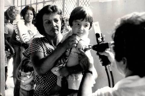 05.fev.1976 Criança sendo vacinada durante a campanha nacional de imunização contra a meningite meningocócica no Brasil, iniciada após a epidemia da doença vivenciada na primeira metade da década de 1970