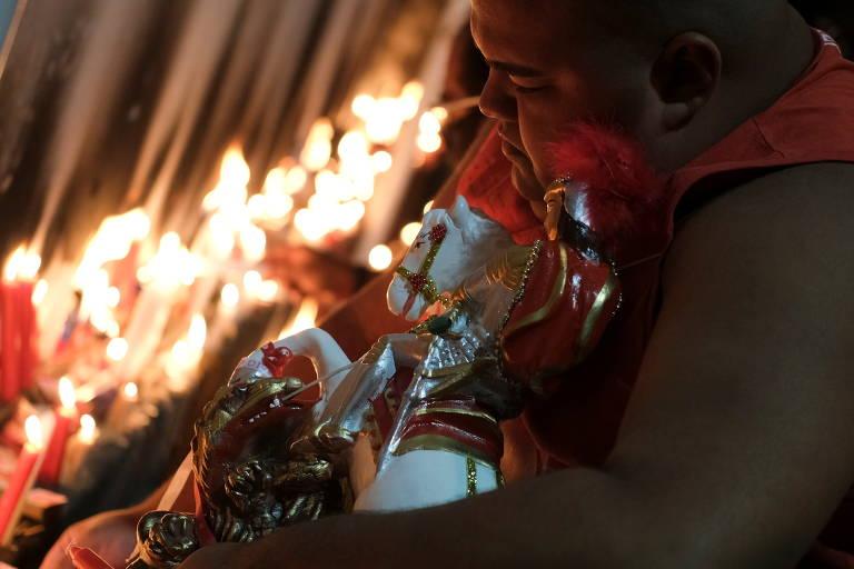 Devotos de São Jorge acendem velas