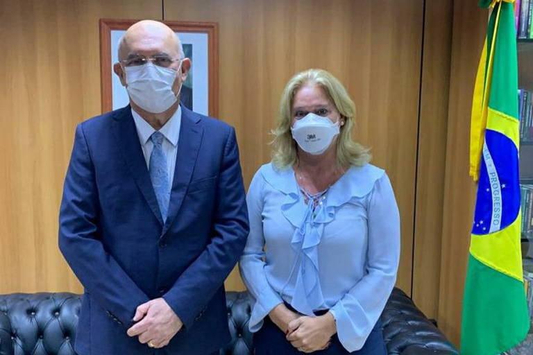 Milton Ribeiro está ao lado de Claudia Mansani Queda de Toledo; ambos estão segurando as mãos para baixo