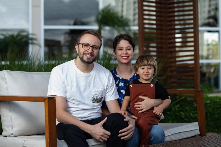 Dagmar e Larissa Nesi ao lado do filho, Noah, no prédio em que moram, em São Paulo