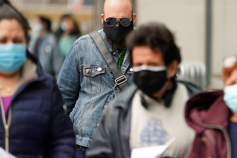 Nova-iorquinos usam máscaras ao chegar ao Centro Javits, o maior local de vacinação contra a Covid-19 em Manhattan, Nova York (EUA)
