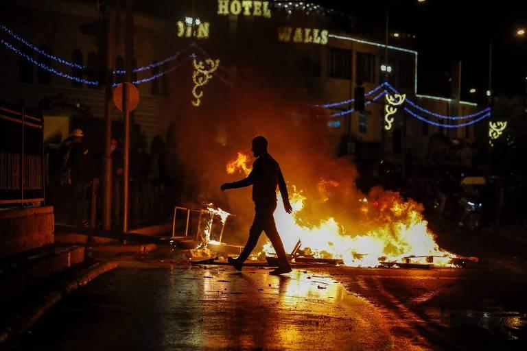 Chamas em rua onde ocorreu confronto entre judeus extremistas e palestinos, próximo ao Portão de Damasco