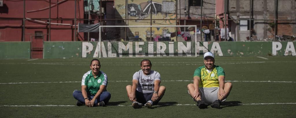 Mônica (filha), Chiquinho (pai) e Bruno (filho), a família que cuida do Palmeirinha, sentados no centro do campo