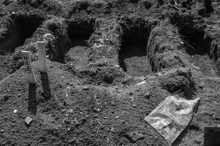 Covas abertas em cemitério