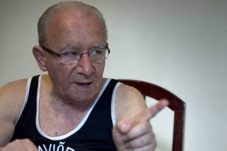Perfil do torcedor Jose Carvalho Junior, 83 anos, que viu Teleco jogar, recebeu Domingos da Guia na esta?o de trem e hoje corneta o Gordo.